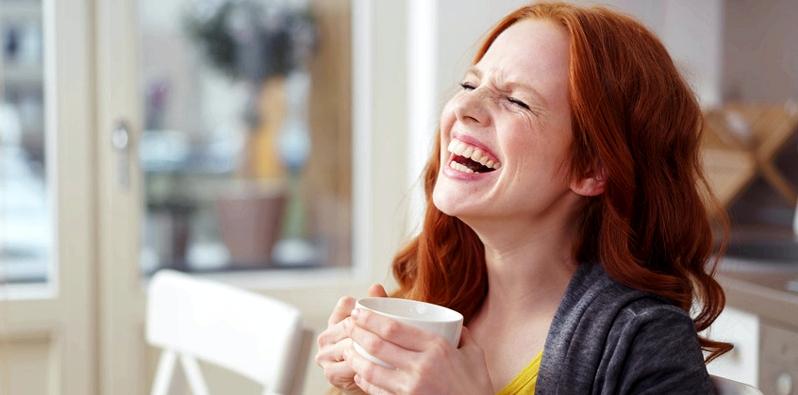 Frau lacht ausgelassen