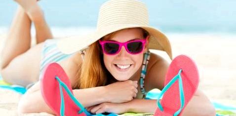 Frau mit heller Haut nimmt Sonnenbad