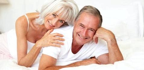 Älteres Paar tauscht Zärtlichkeiten