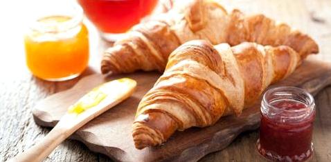 Croissants mit Marmelade