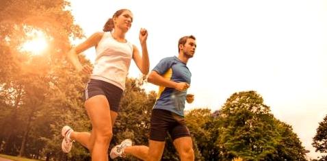 Paar joggt