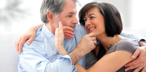 Ein älteres Paar kuschelt