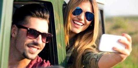 Jugendliche machen ein Selfie im Auto