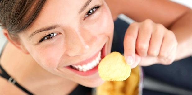 Eine Frau isst Chips