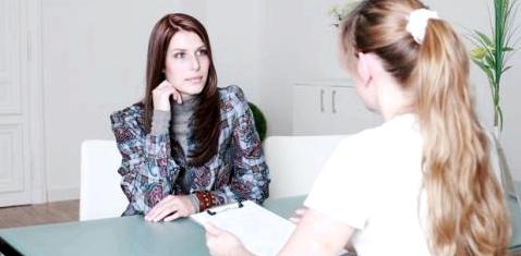 Eine Frau spricht mit ihrer Ärztin