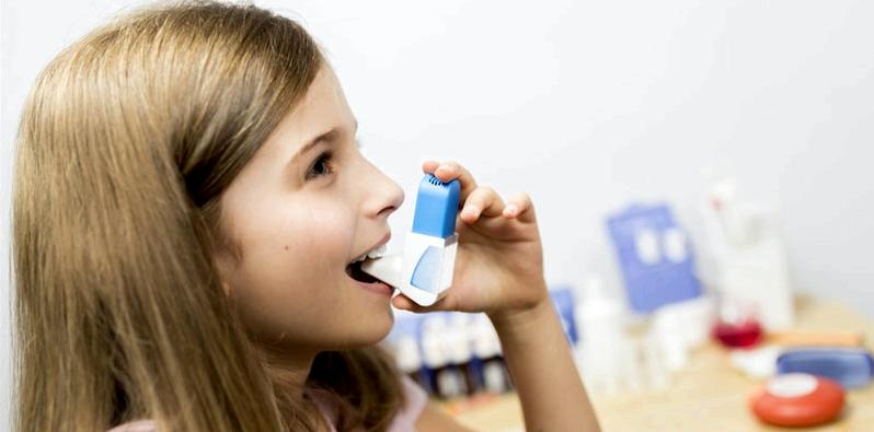 Mädchen inhaliert Asthma-Spray