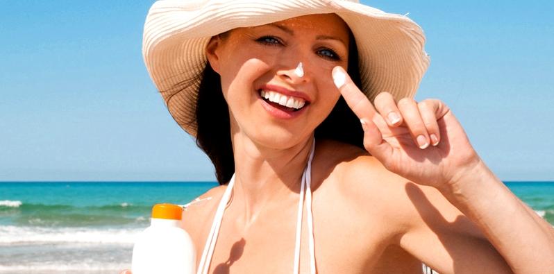 Frau am Strand mit Hut