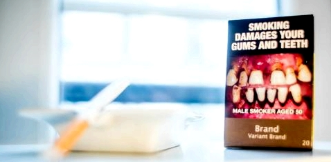 Eine US-amerikanische Zigarettenpackung neben einem Aschenbecher