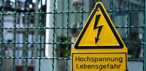 Ein Schild warnt vor Hochspannung