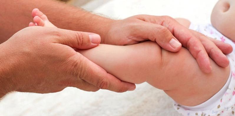 Baby bewegt ein Bein nicht