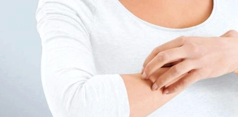 Wenn die Haut juckt und spannt, helfen Cremes. Aber nicht jede ist gut. Forscher haben jetzt ein neues Mittel gegen Juckreiz entdeckt.