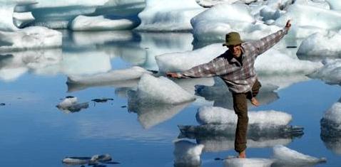 Ein Mann hüpft barfuß über Eisschollen