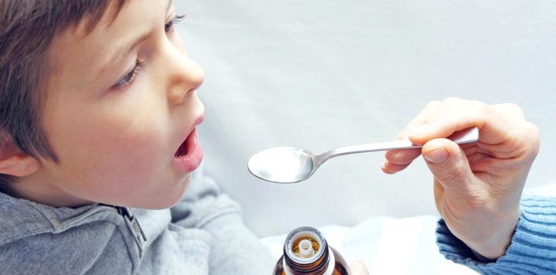 Bis zum zwölften Lebensjahr wird Kindern der Wirkstoff Ambroxol meist in Saft- oder Tropfenform verabreicht
