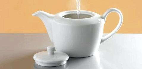 Heißes Wasser wird in eine Kanne gegossen.