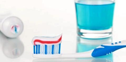Bei Mundtrockenheit auf Zahnpflege achten