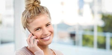 Eine Frau mit Dutt telefoniert