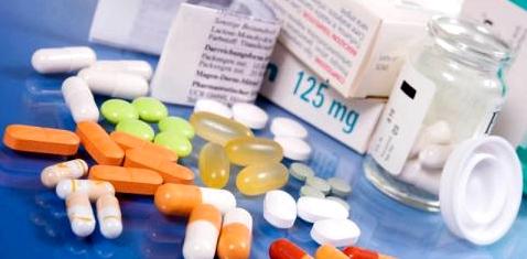 Verschiedene Tabletten und Packungsbeilagen