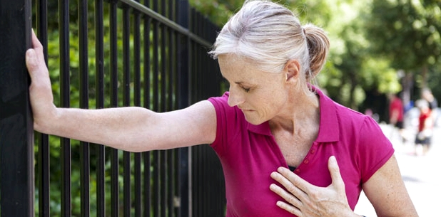 Ohnmacht deutet sich durch Brustschmerzen an