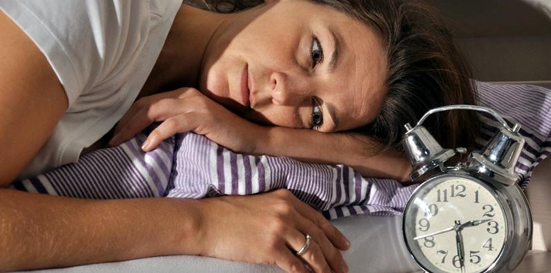 Frau leidet unter Schlaflosigkeit