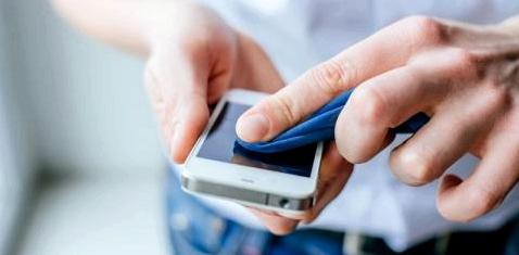 Ein Mann reinigt sein Smartphone
