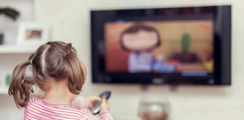 Ein kleines Mädchen schaut fern