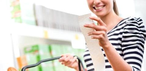 Frau mit Kassenzettel