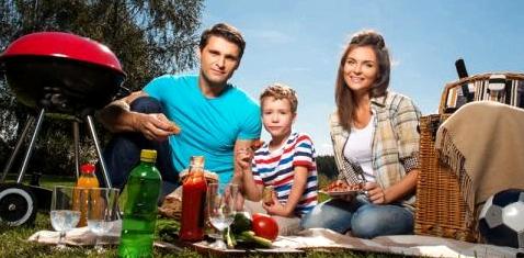 Familie Picknick mit Grill