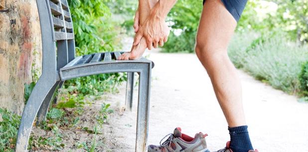 Ein Fersensporn entsteht durch häufige, übermäßige oder falsche Belastung des Fußes