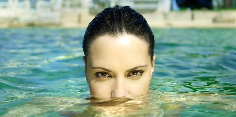 Frau beim Schwimmen im Meer