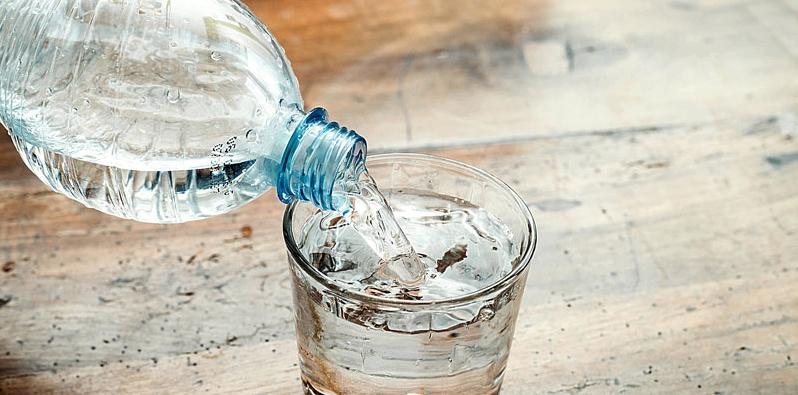 Ein Glas wird mit Wasser gefüllt