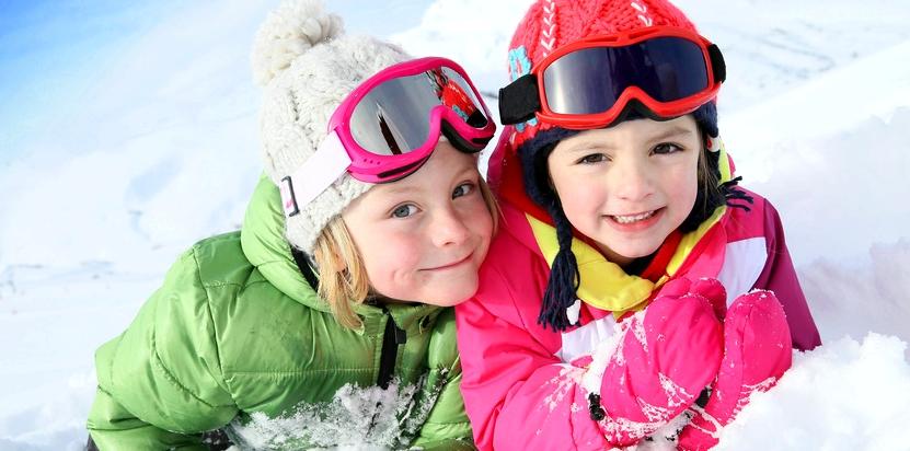 zwei Kinder im Schnee