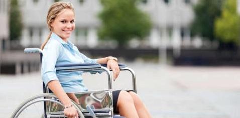 Gelähmte Frau im Rollstuhl