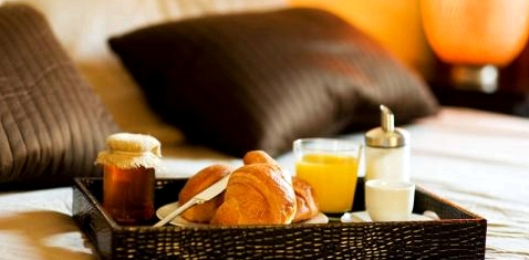 Frühstückstablett auf einem Bett