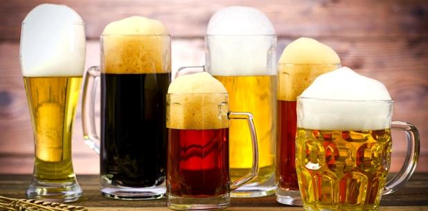 Biergläser auf einem Tisch