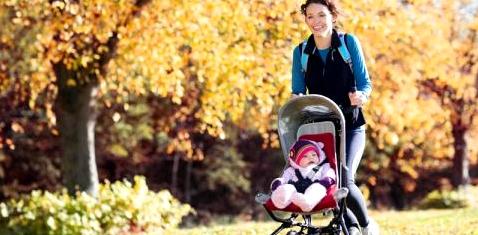 Mutter mit Baby beim Sport