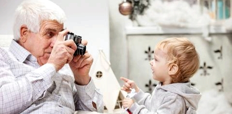 Opa macht Foto von Enkel