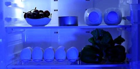 Blaues Licht in einem Kühlschrank