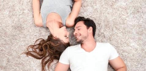 Ein Paar liegt auf einem Teppich