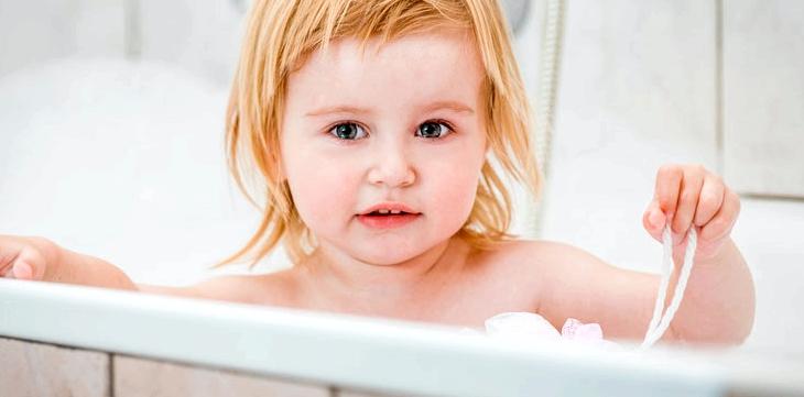 Mädchen in der Badewanne