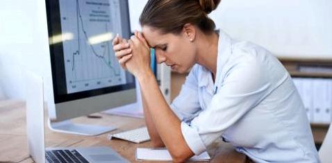 Frau hat Stress Bildschirmarbeit Topthema Lasea