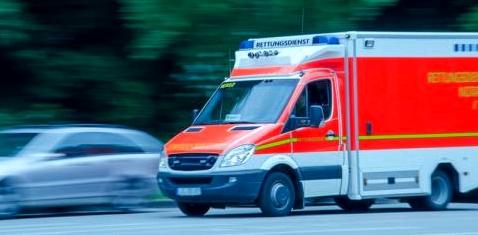 Ein Krankenwagen fährt schnell