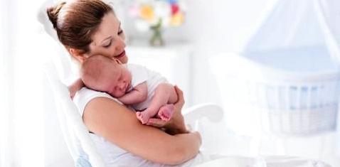 Eine glückliche Mutter mit ihrem Neugeborenen
