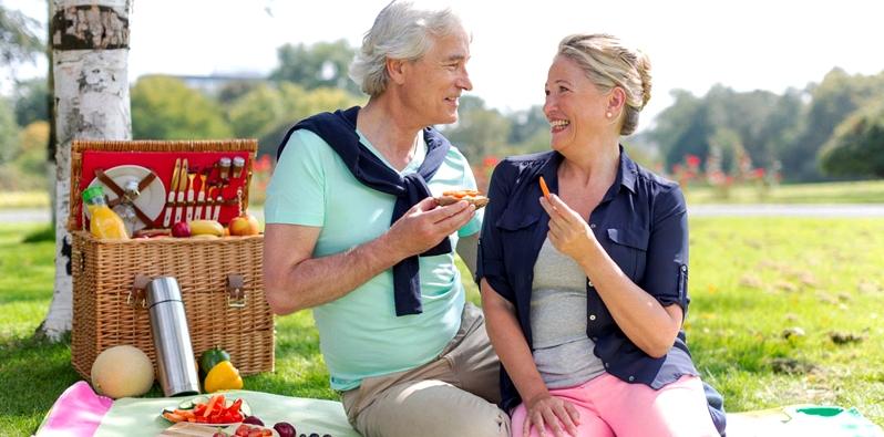 Ein Paar beim Picknick