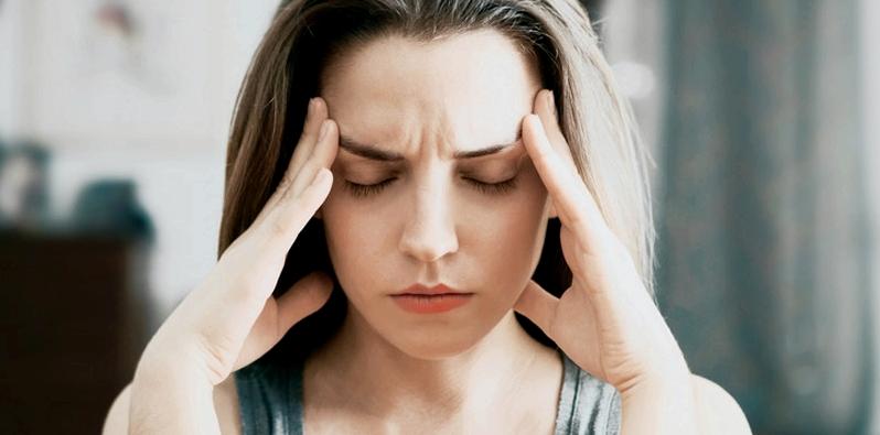Frau bekommt durch Paracetamol Kopfschmerzen