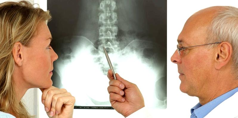 Arzt erklärt den Verlauf der Wirbelsäule