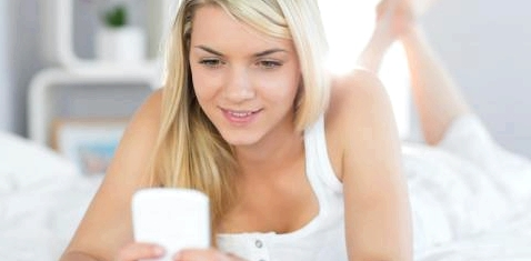 Eine Frau schaut auf ihr Handy