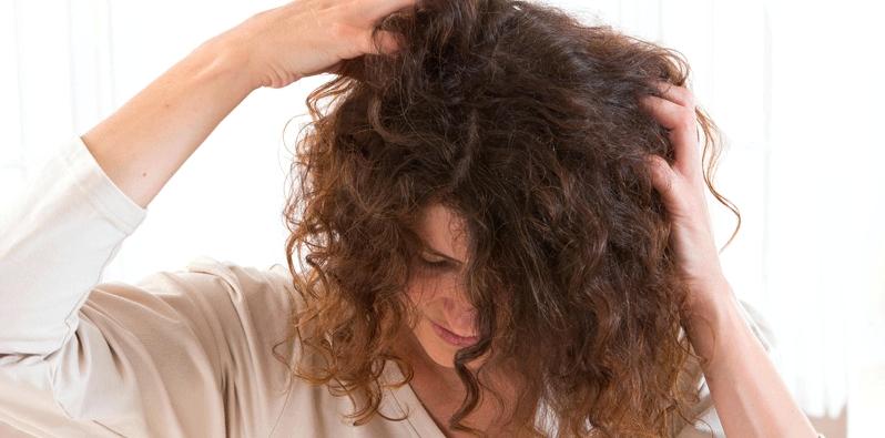 Frau mit Kopfjucken
