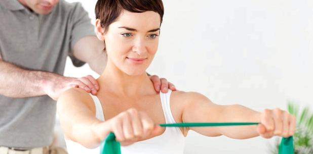 Frau macht Schulterübungen gegen eine ausgekugelte Schulter