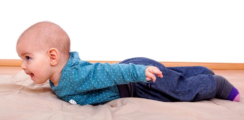 Bauchlage beugt schiefer Kopfform beim Baby vor