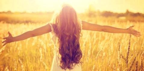 Eine Frau mit langen, vollen Haaren